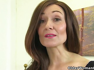 English milf Kitty Cream puts will not hear of fingers to work