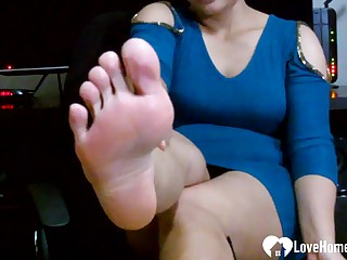 Dazzling beauty displays her pretty barefoot soles