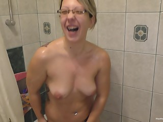 Chubby blonde milf Bonnie Wilde showers forwards she lays down in her verge upon with an increment of grabs her toy.